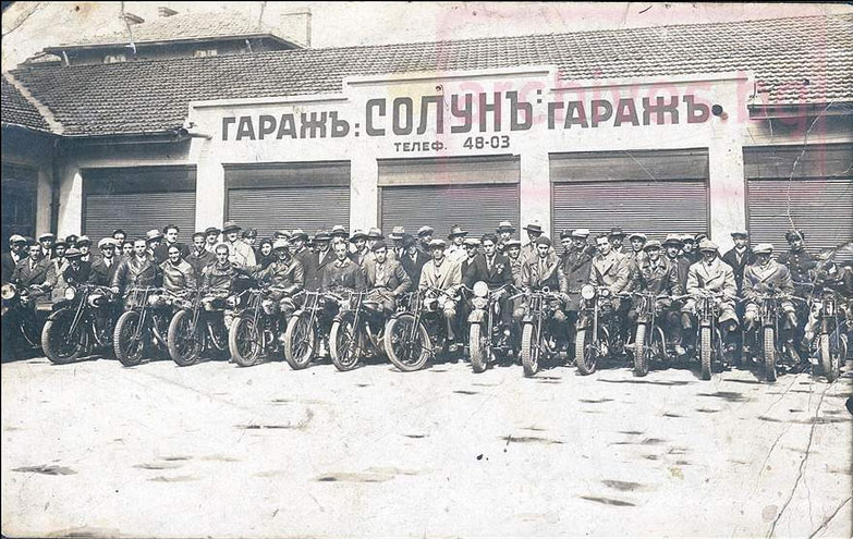 Колоездачи и мотористи