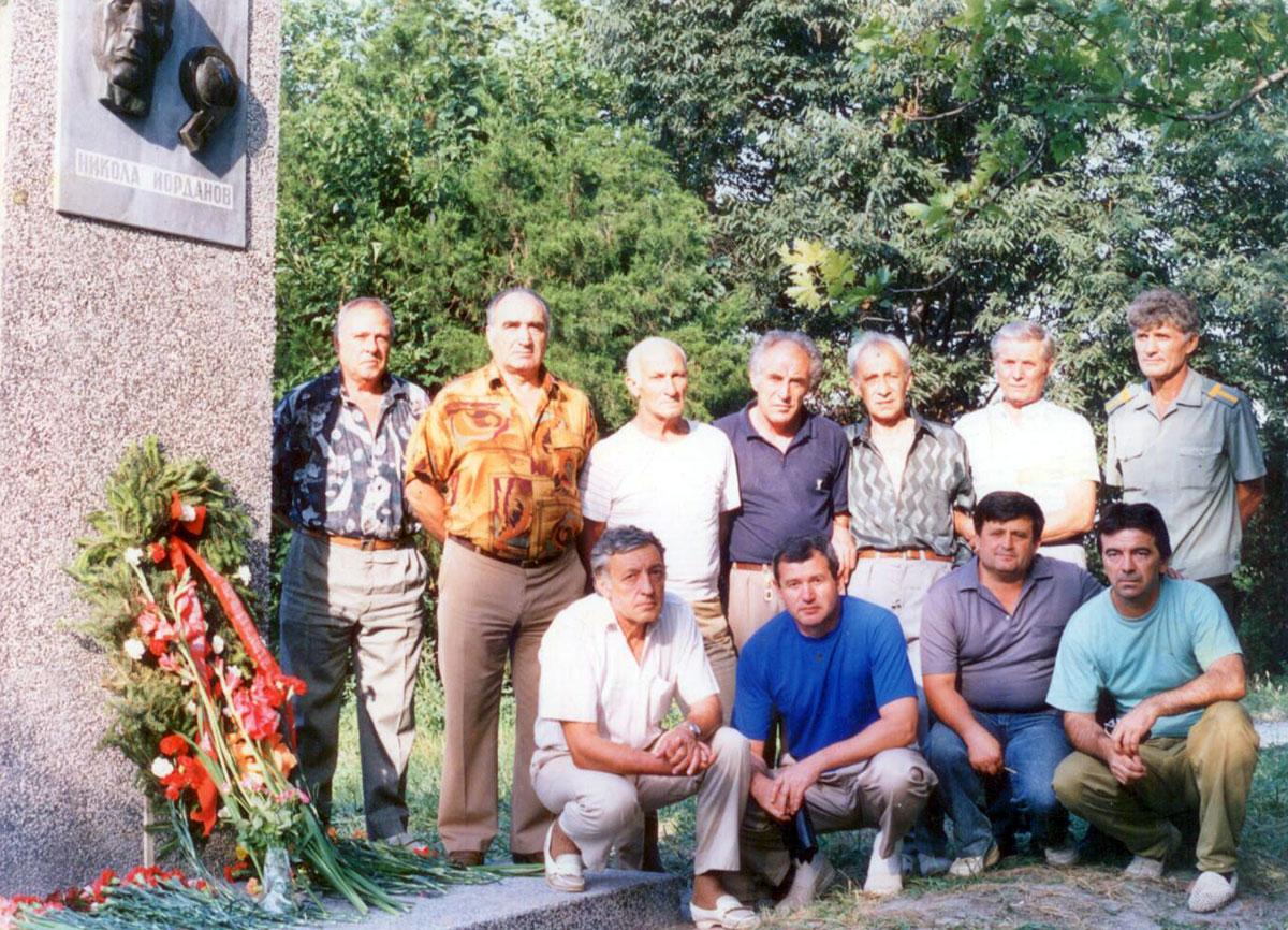 Пред паметника на Никола Йорданов