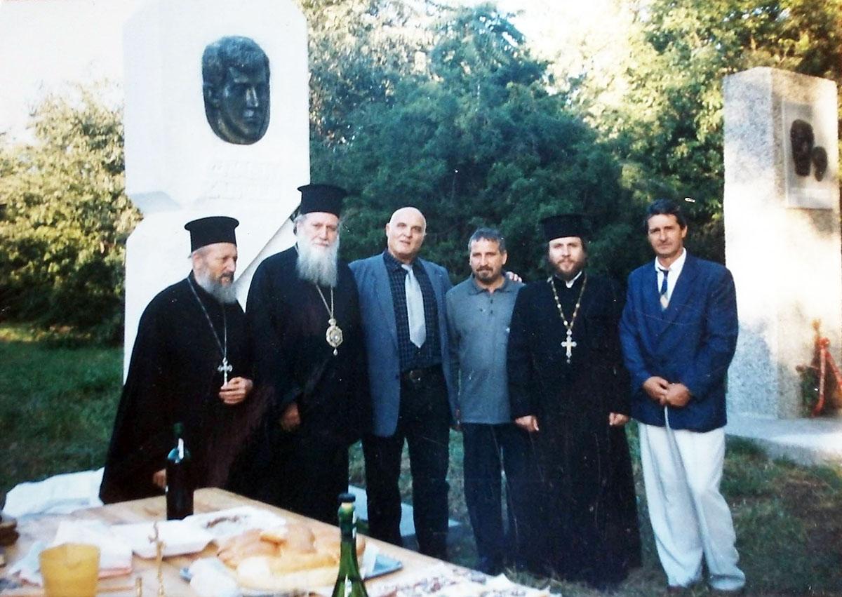 Пред на паметника на Слави Калчев.
